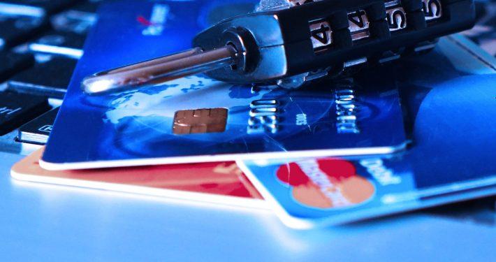 Bilelde af kreditkort og hængelås på et skrivebord